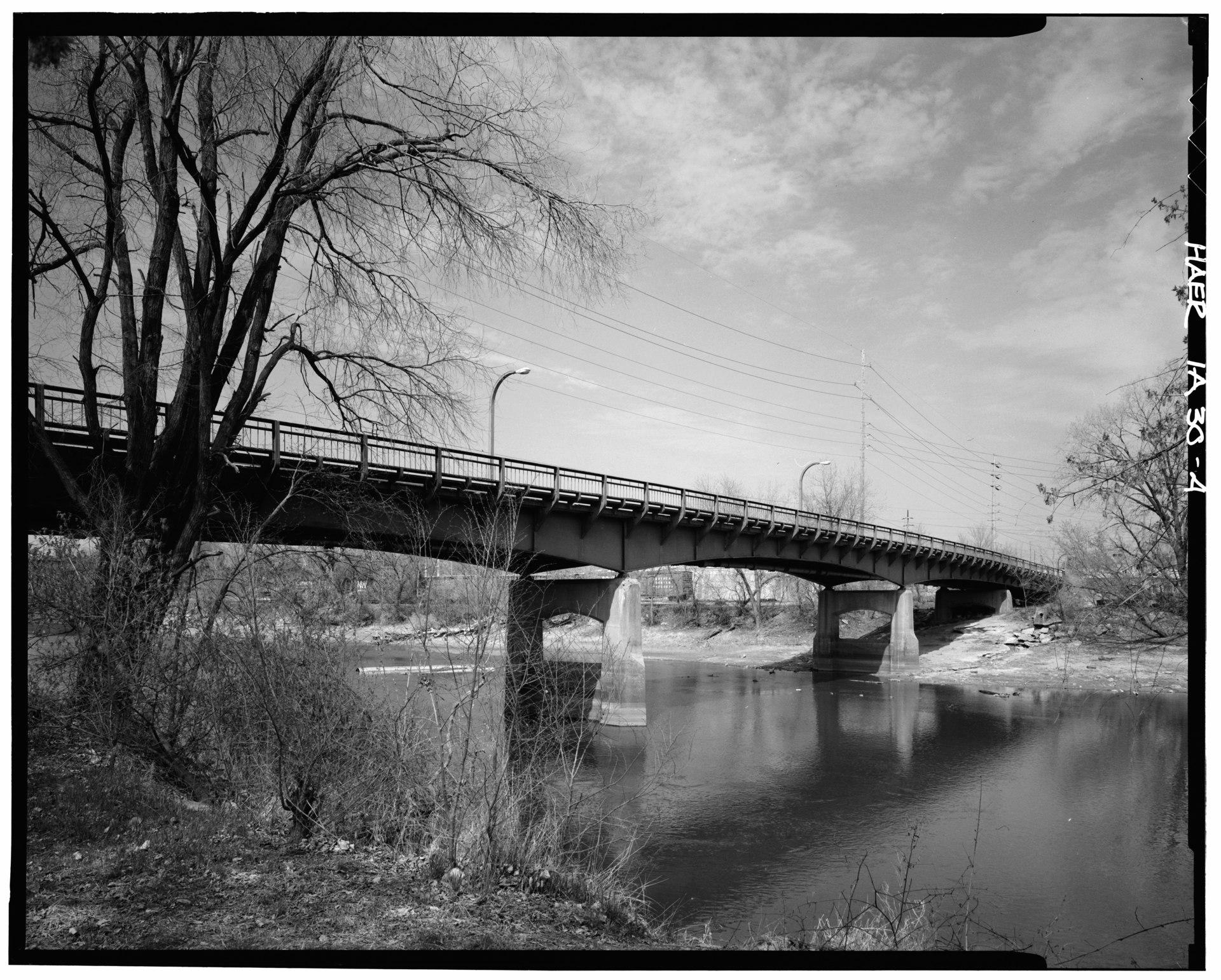 1949-BentonSt_BRIDGE_FROM_THE_WEST_BANK_OF_THE_IOWA_RIVER,_LOOKING_NORTHEAST_(Harms)_-_Benton_Street_Bridge,_Spanning_Iowa_River_at_Benton_Street,_Iowa_City,_Johnson_County,_IA_HAER_IOWA,52-IOWCI,4-4.tif